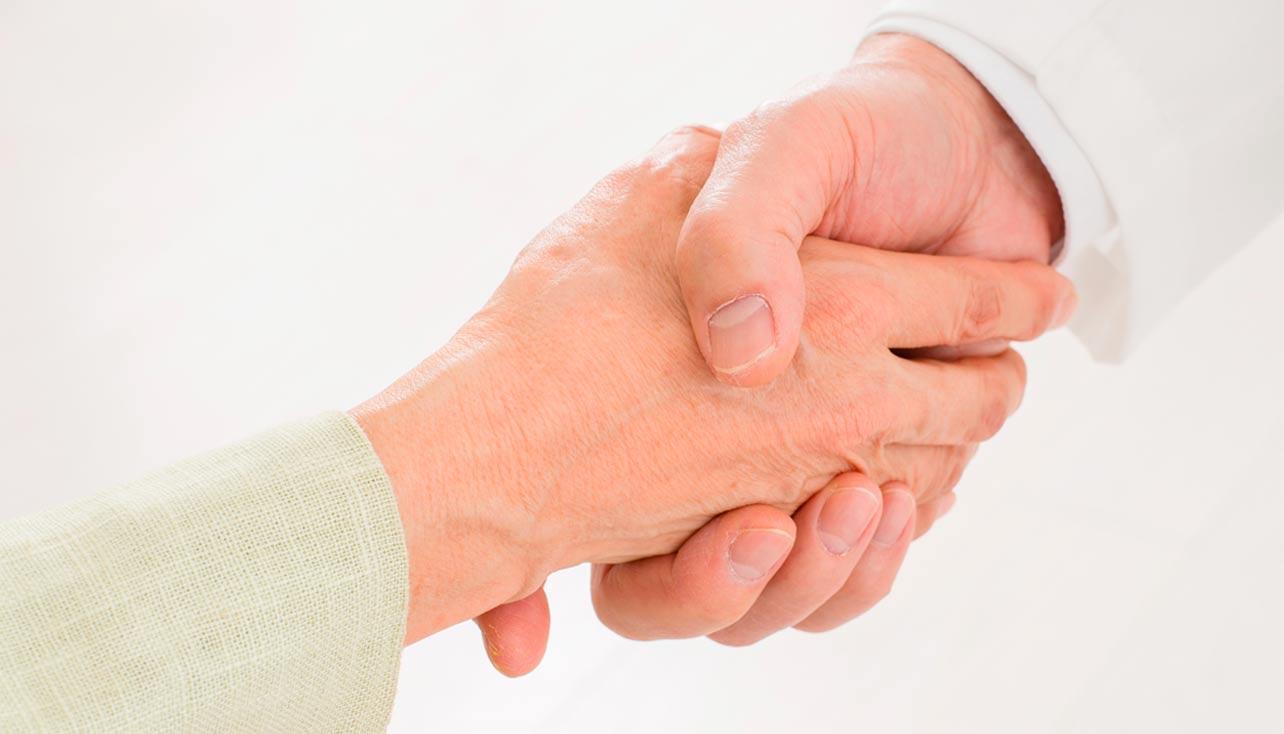 写真:手を繋ぐ様子